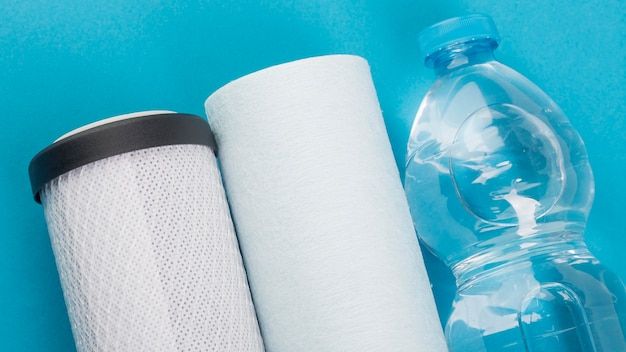 Filtros de água e garrafa plástica de água Foto gratuita