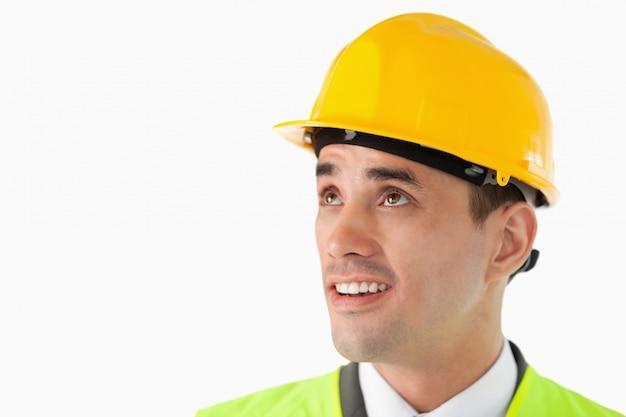 Fim arquiteto com capacete olhando para o lado Foto Premium