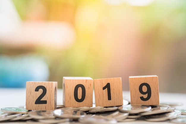 Fim, cima, 2019, madeira, número, blocos, pilha, prata, moedas Foto Premium