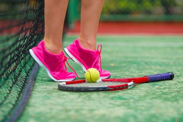 Fim, cima, de, sneakers, perto, a, raquete tênis, e, bola Foto Premium