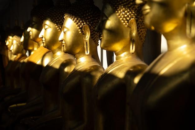 Fim, cima, fila, dourado, buddha, estátua, luz, sombra, sol, wat, sr, sri, mahathat, templo Foto Premium
