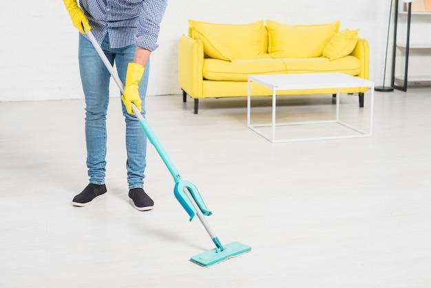 Fim, cima, homem, limpeza, seu, casa Foto gratuita