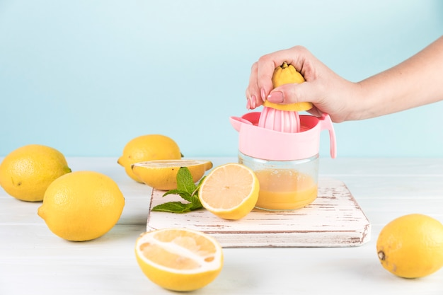 Fim, cima, pessoa, preparar, limonada Foto gratuita