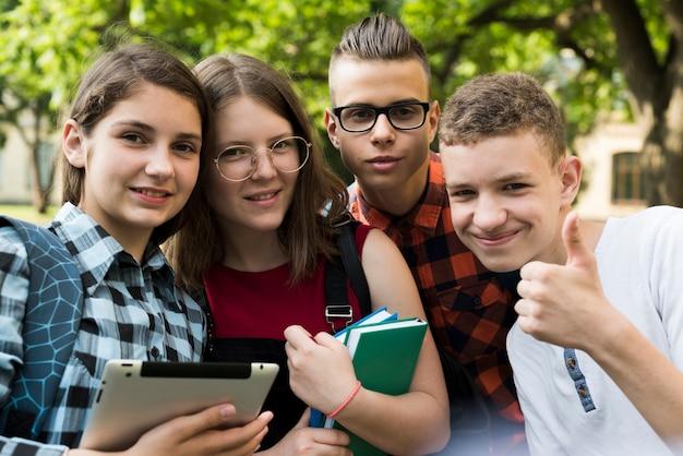 Fim, cima, sorrindo, adolescente, amigos Foto gratuita