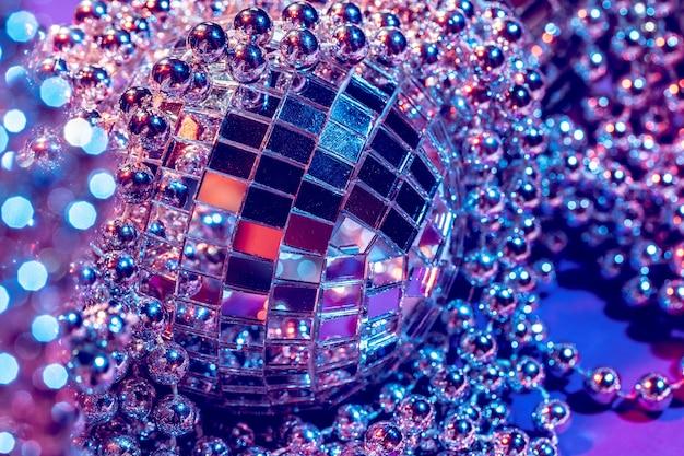 Fim da bola do disco das luzes do partido acima. disco conceito Foto Premium