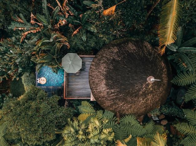 Fim de semana de férias relaxando em luxo com a tropical jungle villa resort luxuosa piscina bali, indonésia Foto Premium