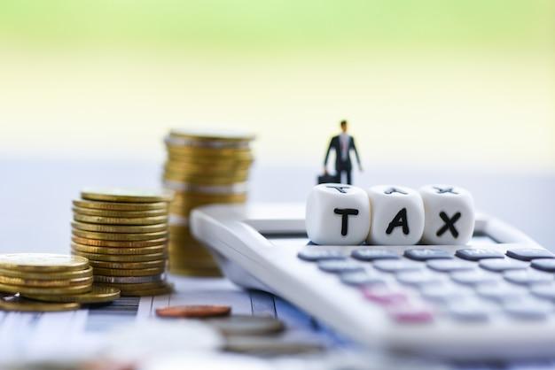 Finanças fiscais empresário calculadora empilhadas moedas na factura bill paper para imposto sobre o tempo de enchimento pagamento da dívida paga Foto Premium