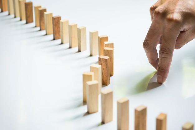 Finger, como homem de negócios e bloco de madeira, atingiu um impasse, stalemate e resolve um problema. Foto gratuita