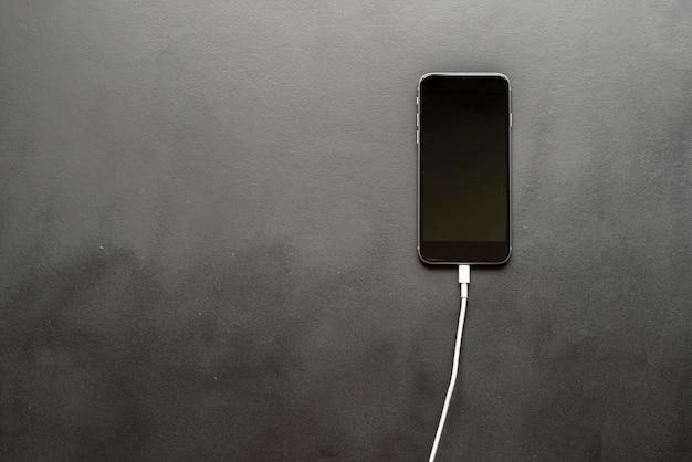 Fio de carregamento inserido no smartphone isolado Foto Premium
