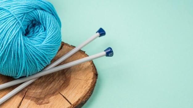 Fio de lã colorido com agulhas de crochê Foto gratuita
