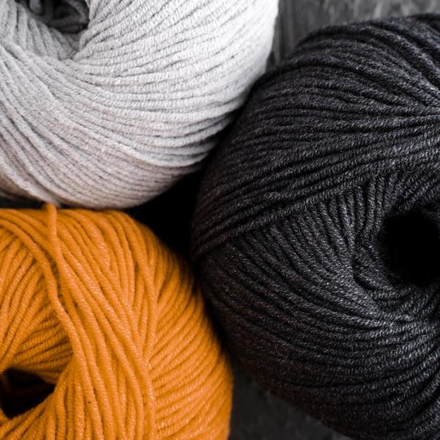 Fio de lã laranja, preto e branco Foto gratuita