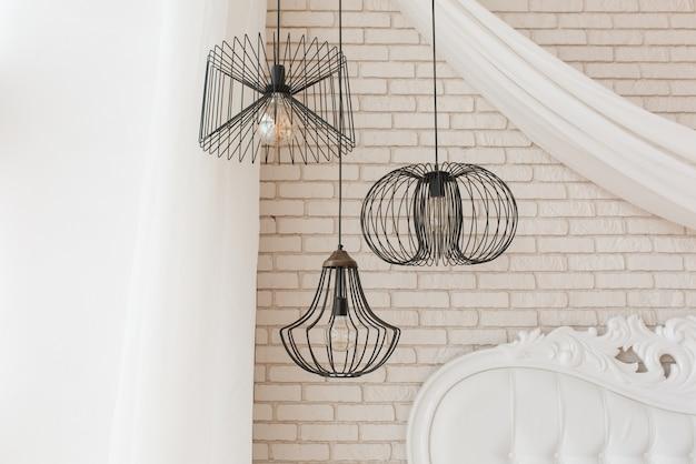 Fio preto design teto brilho pendurado no quarto. detalhes do interior do loft Foto gratuita