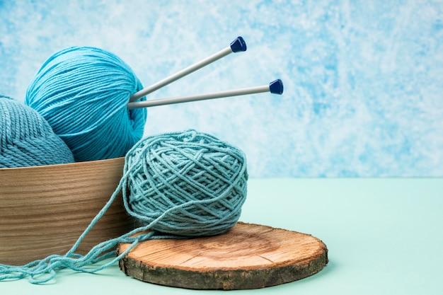 Fios de lã coloridos com agulhas de plástico Foto gratuita