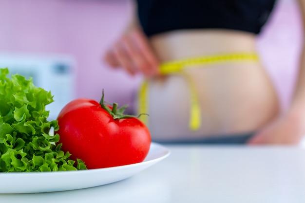 Fique em forma, tenha um corpo esbelto por causa de uma dieta saudável e orgânica. Foto Premium