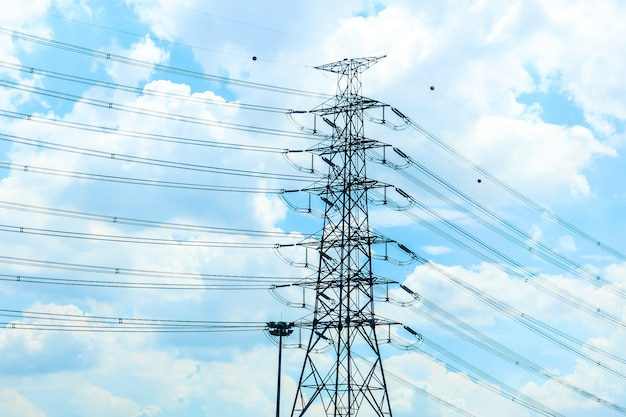 Fique sozinho de eletricidade gigante postar sozinho com o cabo com o céu azul Foto Premium
