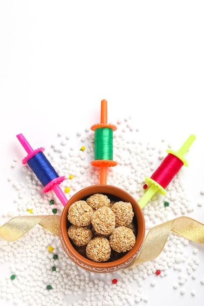 Firki e tilgul para makar sankranti. makar sankranti é o festival indiano de pipas. também é conhecido como uttarayan. firki também é chamado de spin ou patang dori. Foto Premium