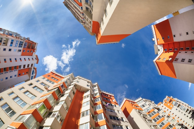 Fisheye tiro de novos edifícios residenciais Foto Premium