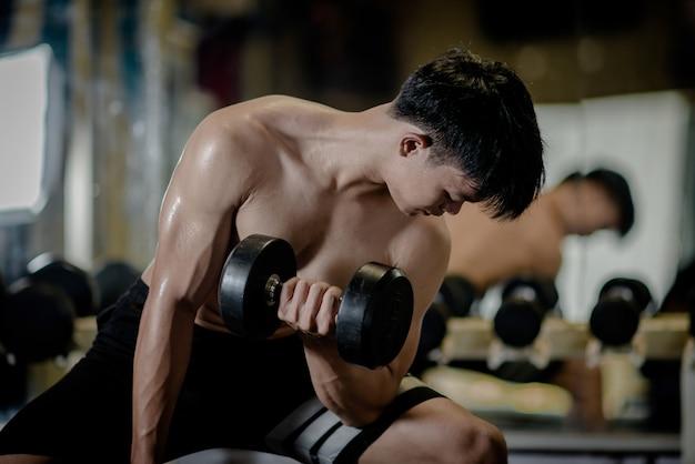 Fisiculturista forte com músculos deltóides perfeitos Foto gratuita