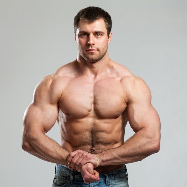 Fisiculturista mostra seu bíceps Foto gratuita