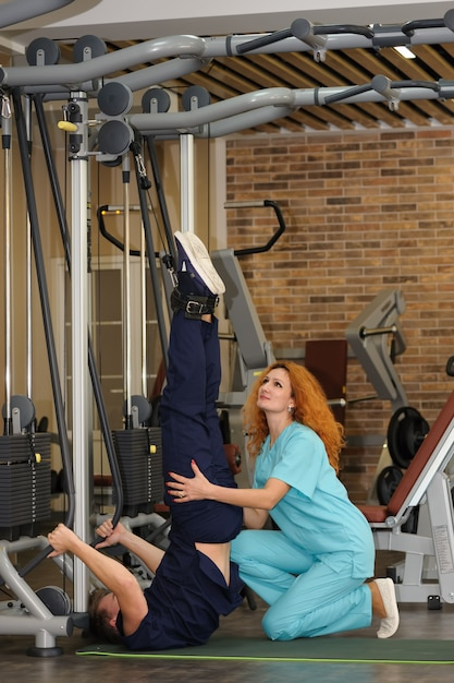 Fisioterapeuta ajuda paciente a reabilitar Foto Premium