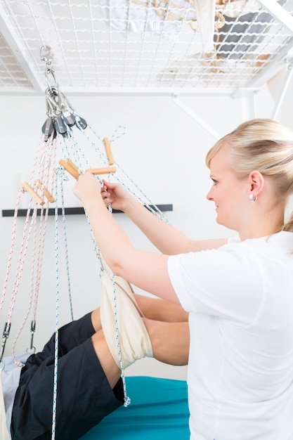 Fisioterapeuta com paciente na mesa de funda Foto Premium