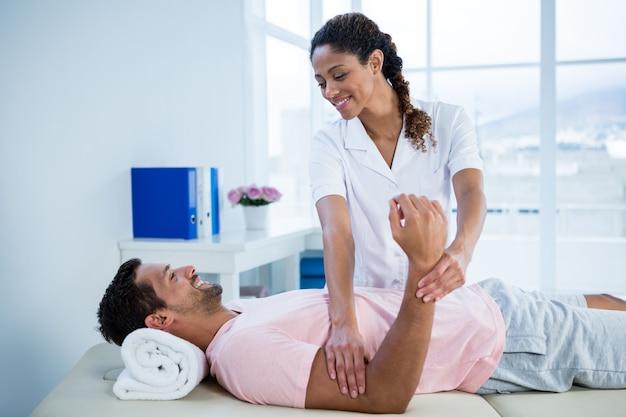 Fisioterapeuta dando massagem nas mãos para o paciente Foto Premium