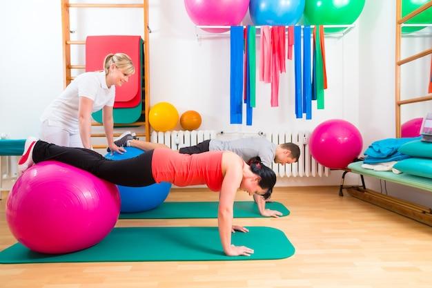Fisioterapeuta, dar, pacientes, exercício ginástico Foto Premium