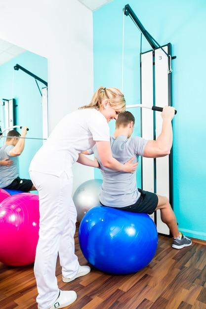 Fisioterapeuta, fazendo, esporte, reabilitação, com, paciente Foto Premium