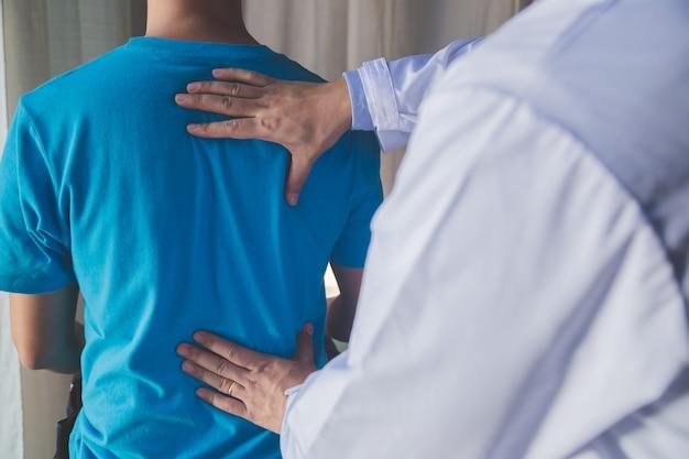 Fisioterapeuta, trabalhando com o paciente na clínica, closeup Foto Premium