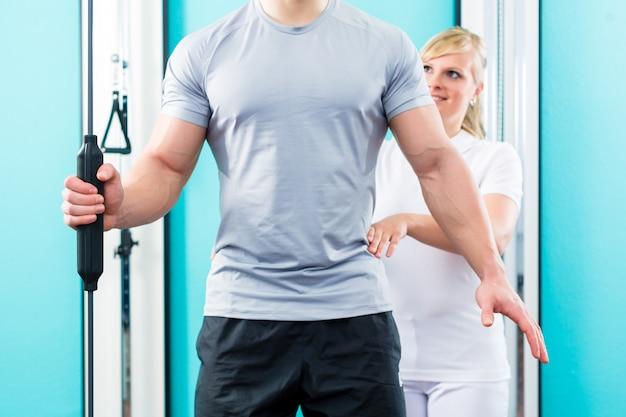 Fisioterapeuta trabalhando com paciente na prática Foto Premium