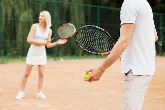 Fit homem e mulher exercitando tênis Foto gratuita