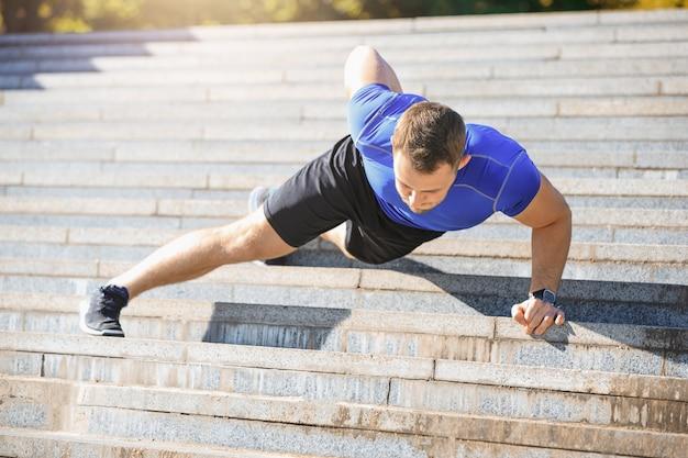 Fit homem fazendo exercícios ao ar livre no parque Foto gratuita
