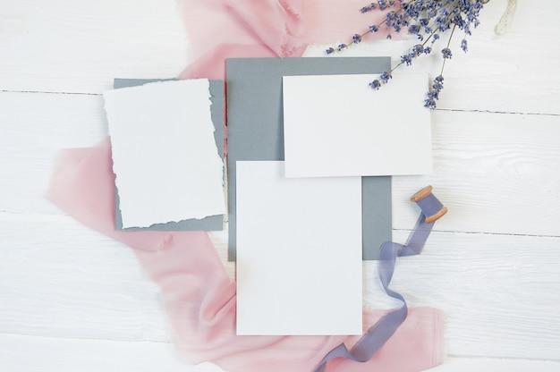 Fita branca cartão em branco sobre um fundo de tecido rosa e azul Foto Premium