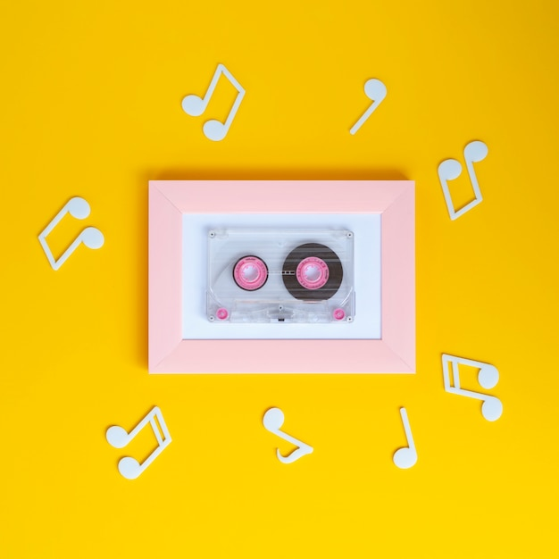 Fita cassete colorida brilhante com notas musicais ao seu redor Foto gratuita