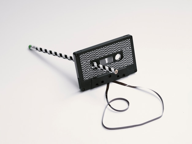 Fita cassete preta com padrão moderno sendo corrigido Foto gratuita