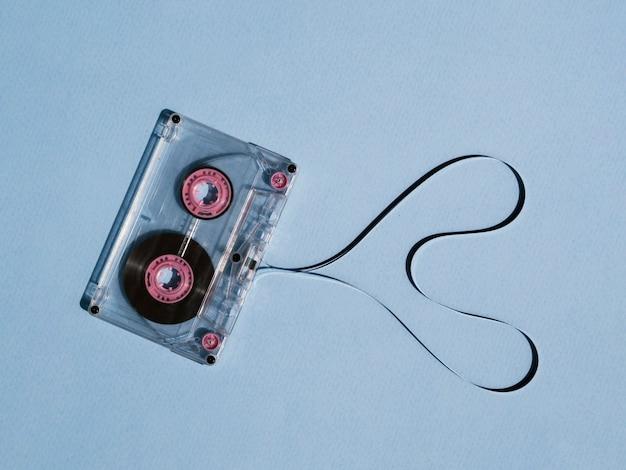 Fita cassete quebrada clara com coração em forma Foto gratuita