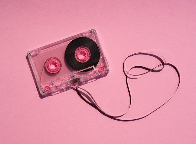 Fita cassete quebrada transparente em fundo rosa Foto gratuita