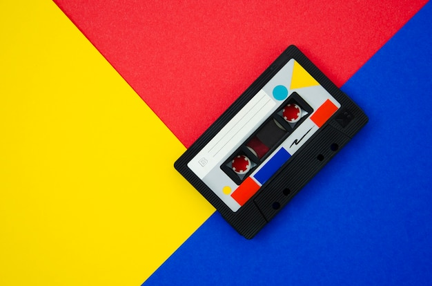 Fita cassete retrô colorida com cópia-espaço Foto Premium