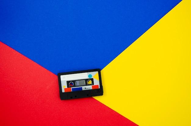 Fita cassete retrô em fundo vibrand com cópia-espaço Foto gratuita