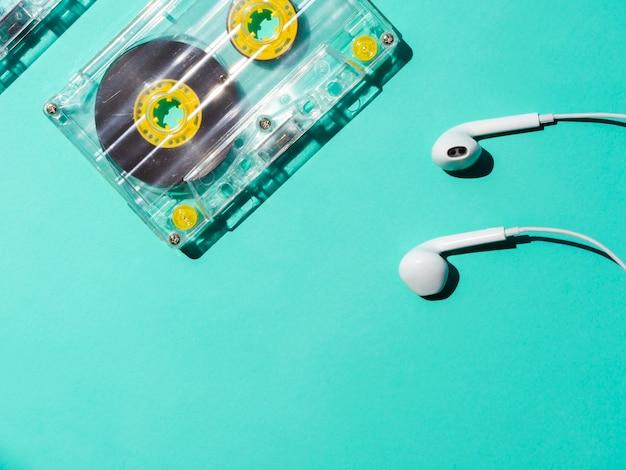 Fita cassete transparente com fones de ouvido e espaço para texto Foto gratuita