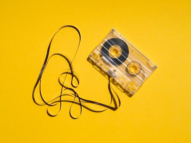 Fita cassete transparente quebrada, refletindo a luz Foto Premium