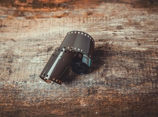 Fita de câmera vintage carretel na madeira Foto gratuita