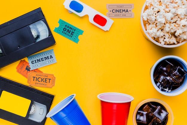 Fita de vídeo com óculos 3d e bilhetes de cinema Foto gratuita