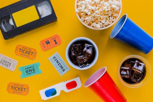 Fita de vídeo com pipocas e óculos 3d Foto gratuita