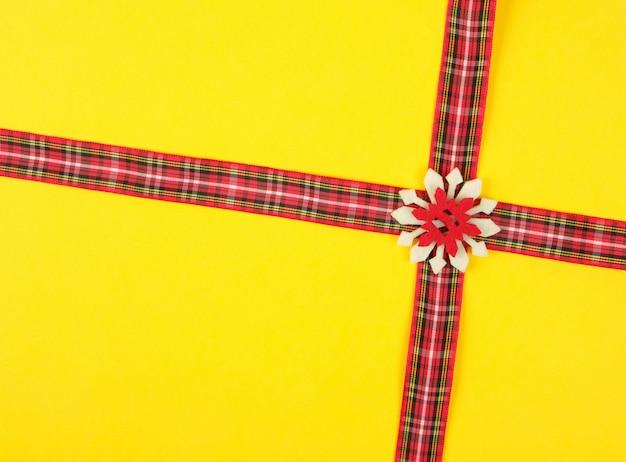 Fita decorativa vermelha em uma caixa de cruz em uma cruz Foto Premium
