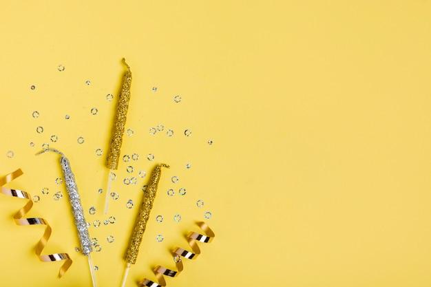 Fita dourada e velas com espaço de cópia Foto gratuita