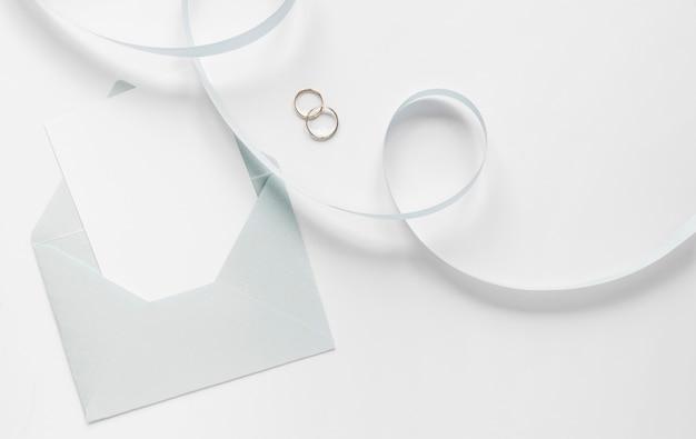 Fita e anéis de noivado Foto gratuita