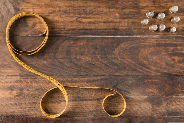 Fita métrica de costura com dedal Foto gratuita