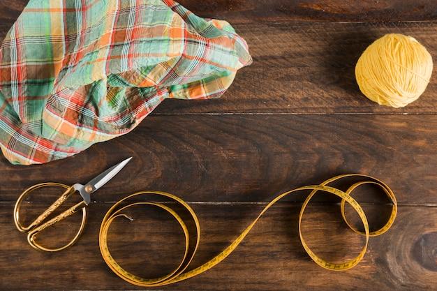 Fita métrica de costura com uma tesoura Foto gratuita