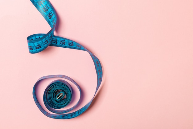 Fita métrica emaranhada com espaço para a sua ideia. Foto Premium